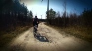 Trasa rowerowa obok turbin wiatrowych