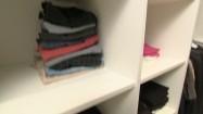 Ubrania na półkach