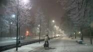 Rowerzysta na ścieżce rowerowej w zimowy wieczór