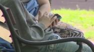 Chłopiec korzystający z telefonu komórkowego