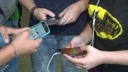 Młodzież ze smartfonami
