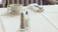 Solniczka i pieprzniczka na stole