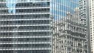 Budynki odbite w oknach wieżowca Willis Tower