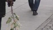 Mężczyzna idący po chodniku