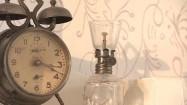Stary budzik i lampa naftowa