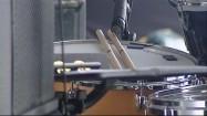 Pałki perkusyjne na bębnie