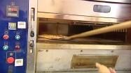 Wkładanie pizzy do pieca