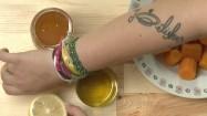 Cytryny, miód, olej i marchewki na kuchennym blacie