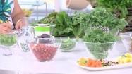 Owoce, zioła i kwiaty jadalne na stole