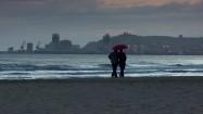 Ludzie spacerujący nad morzem