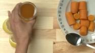 Dodawanie miodu do marchewki