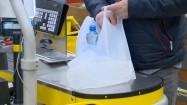 Pakowanie zakupów do plastikowej torby
