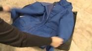 Pakowanie kurtki zimowej do pojemnika na ubrania