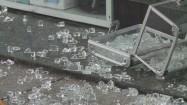 Potłuczone szkło na chodniku
