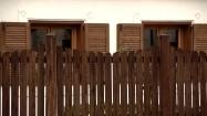 Dom za drewnianym płotem
