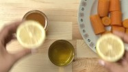 Cytryna, miód, olej i marchewka na stole
