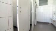 Zdewanstowana męska łazienka w szkole