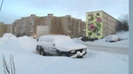 Śnieżna czapa na samochodzie