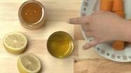 Cytryna, miód, olej i marchewki na kuchennym blacie