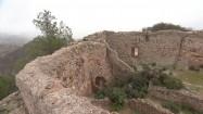Ruiny zamku Jalance i elektrownia atomowa Cofrentes w Hiszpanii