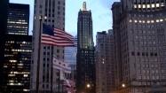 Flagi USA i Chicago powiewające na wietrze