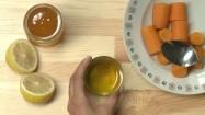 Wlewanie oleju do marchewki