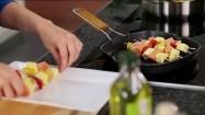 Układanie szaszłyków z łososiem na patelni grillowej
