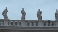 Kolumnada na placu św. Piotra w Watykanie - posągi świętych
