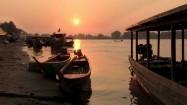 Łodzie na brzegu Mekongu