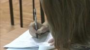 Uczennica pisząca egzamin