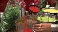 Nalewanie musu do szklanych kieliszków