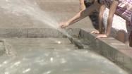 Ręce dzieci w fontannie