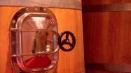 Drewniane tanki fermentacyjne w winnicy