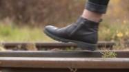 Człowiek idący po torach kolejowych