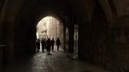 Ludzie idący przez tunel