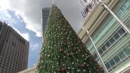 Choinka pod Petronas Towers w Kuala Lumpur