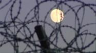 Księżyc widziany przez więzienne ogrodzenie