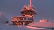 Wysokogórskie Obserwatorium Meteorologiczne na Śnieżce o wschodzie słońca
