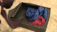 Pakowanie swetra z reniferem do pojemnika na ubrania