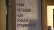 """Napis """"Klinika Nowotworów Piersi i Chirurgii Rekonstrukcyjnej"""""""
