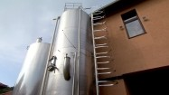 Zbiorniki fermentacyjne w winnicy