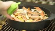 Danie z owocami morza i ziemniakami na grillu