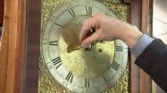 Nakręcanie starego zegara