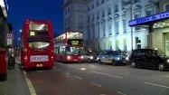 Piętrowy autobus przejeżdżający obok hotelu Hilton Paddington w Londynie