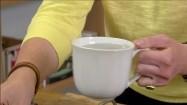 Wlewanie wody do garnka z kaszą