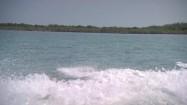 Woda spieniona przez łódź