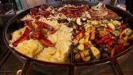 Kiełbasy i warzywa na dużym dzielonym grillu