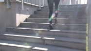 Wchodzenie w szpilkach po schodach