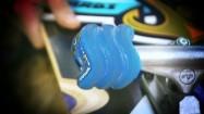 Deskorolka - truck z niebieskimi kółkami typu shark wheel