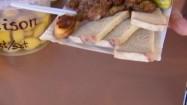 Danie z grilla na papierowym talerzyku